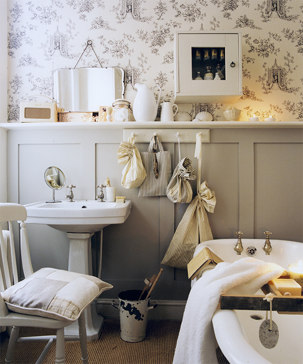 Small bathroom decorating ideas small spaces for Bathroom designs for small spaces uk
